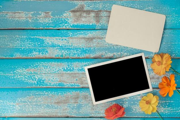 古い青い木の背景に花と空のフォトフレームアルバム Premium写真