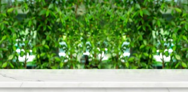 空の大理石のテーブルと緑のぼかし Premium写真