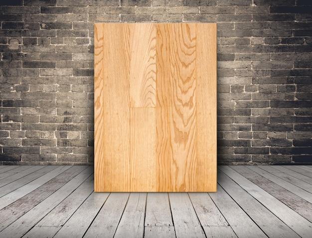 пустая доска из дерева на гранж кирпичной стене и деревянный