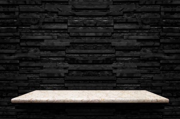Пустая белая мраморная каменная полка на черном фоне Premium Фотографии