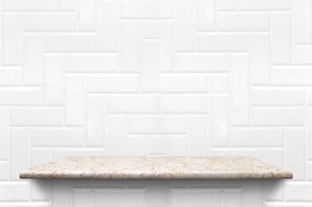 Пустая белая мраморная полка на фоне белой керамической плитки Premium Фотографии