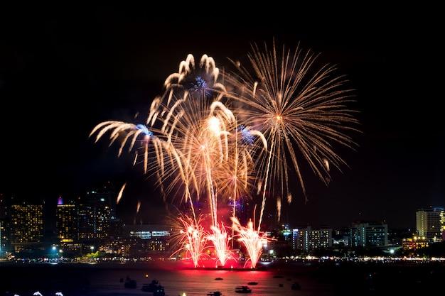 夜の街並みに新年あけましておめでとうございます花火。休日の祝祭 Premium写真