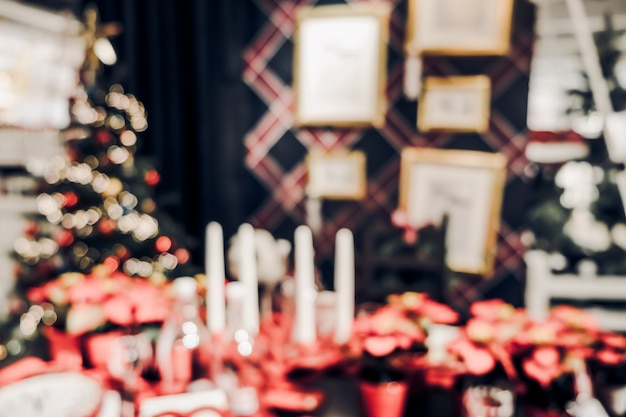 キッチンテーブルで文字列の光でぼやけたクリスマスの装飾 Premium写真