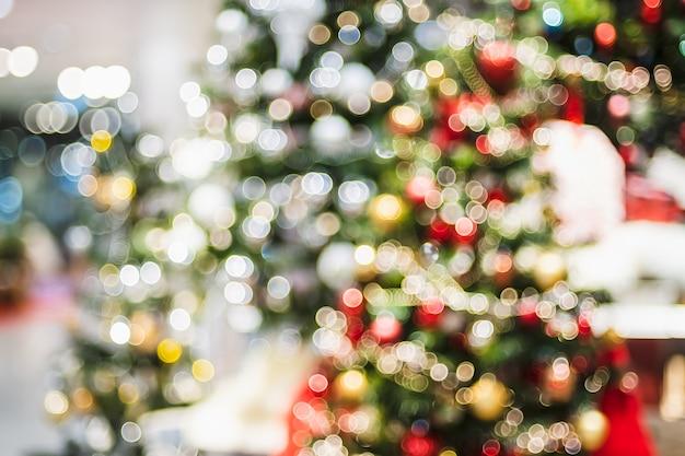 抽象的なボケクリスマスツリーをボールと文字列のライトで飾る Premium写真