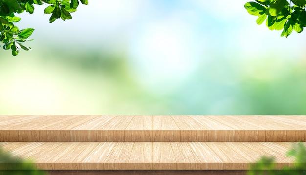 明るい背景のボケ味を持つ公園のぼかしツリーと空のステップ板木製テーブルトップと前景の葉 Premium写真