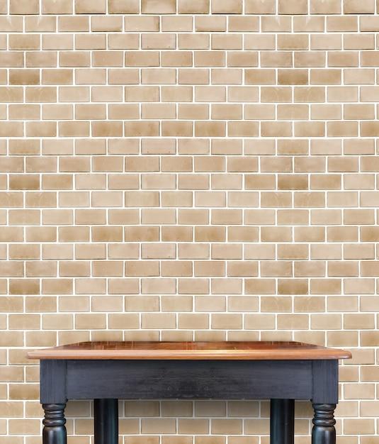 пустой деревянный старинный стол на стене из кирпичной