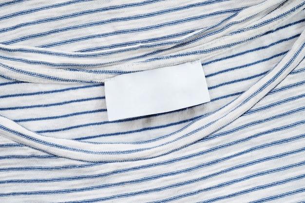 Пустая тканевая этикетка на хлопковой футболке Premium Фотографии