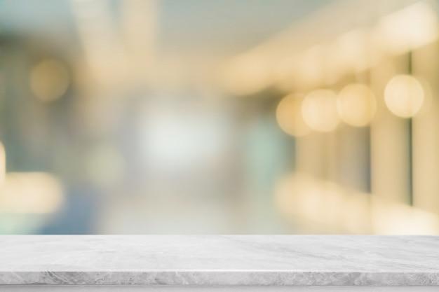 Пустые белые мраморные каменные столешницы и размытия стеклянные окна интерьер ресторана баннер макет абстрактный фон Premium Фотографии