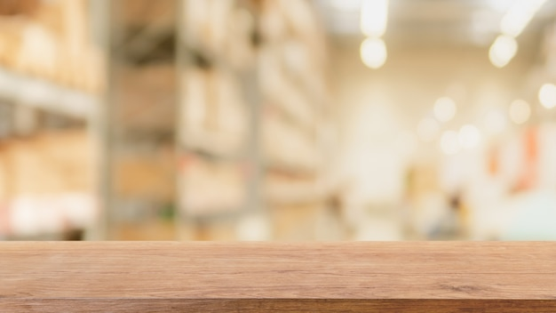 空の木のテーブルトップとぼやけたボケ倉庫内部スペース Premium写真