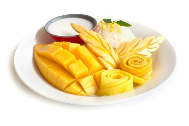 Тайский десерт, манго с клейким рисом сладкий кокосовое молоко, вид сбоку на белом фоне Premium Фотографии
