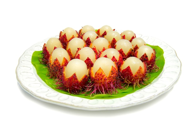 Тайский рамбутан сладкий фрукт на лето, изолированные на белом Premium Фотографии