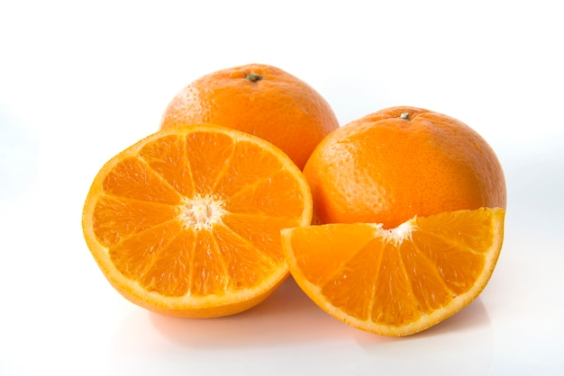 新鮮なオレンジ色の白い背景で隔離 Premium写真