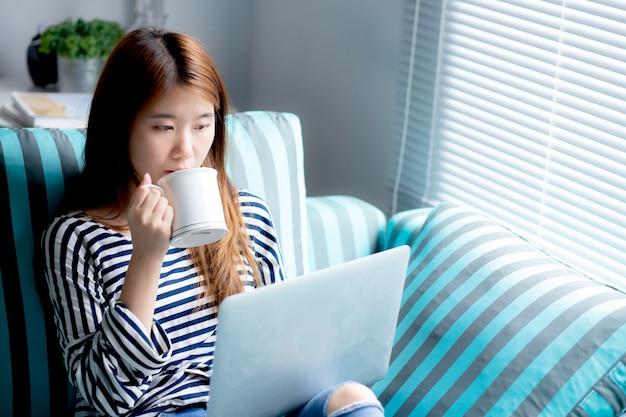 美しい、アジア人、女、使うこと、クレジットカード、ラップトップ Premium写真