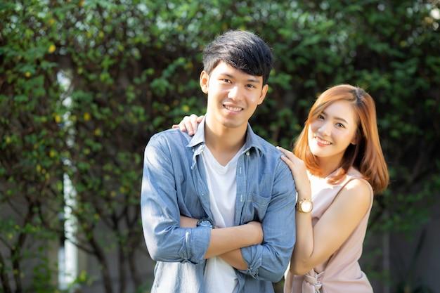 Красивый портрет счастливая пара, улыбаясь в парке Premium Фотографии
