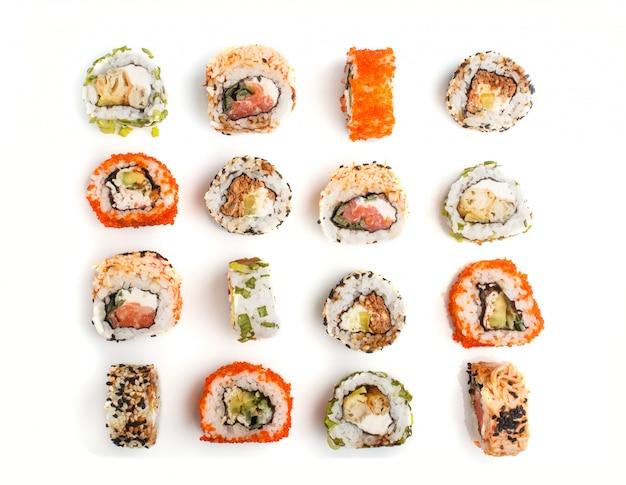 サーモン、ゴマ、アボカド、チーズ、キュウリの巻き寿司セット Premium写真