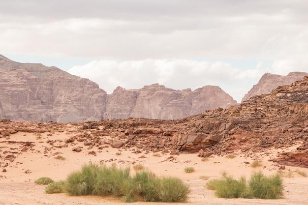 砂漠、赤い山、岩、曇り空。エジプト、色の峡谷。 Premium写真