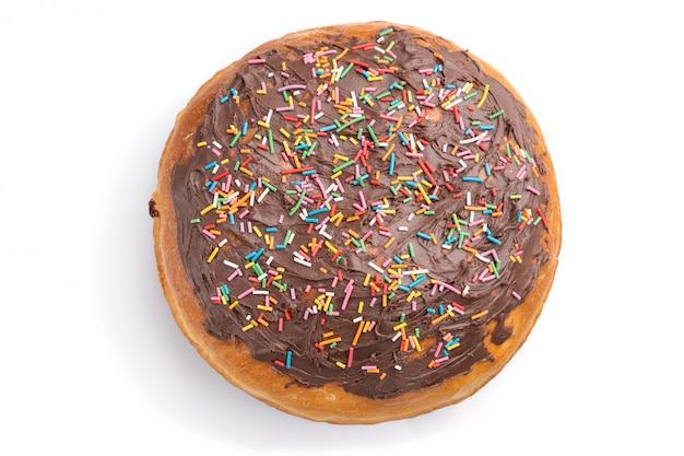 Домодельный застекленный и украшенный шоколадный пирог пасхи изолированный на белой предпосылке. вид сверху Premium Фотографии