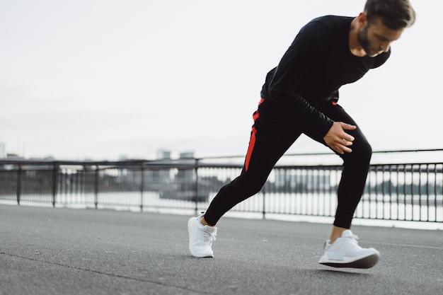 Молодой человек, занятия спортом в европейском городе. спорт в городских условиях. Бесплатные Фотографии