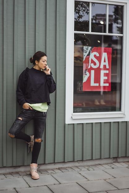 Молодая красивая женщина разговаривает по смартфону. Бесплатные Фотографии