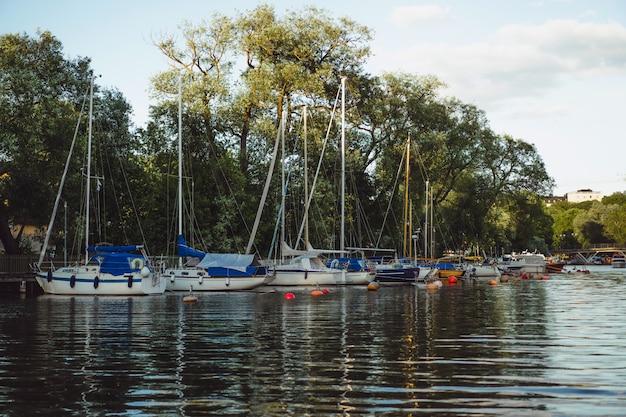 Парусные лодки и яхты на пристани в стокгольме напротив центра города Бесплатные Фотографии