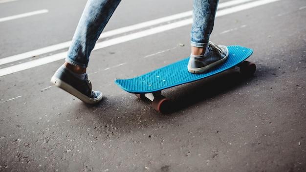 スケートボード上の脚 無料写真