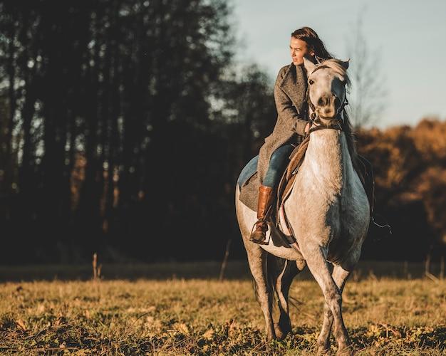 女の子は馬に乗る 無料写真