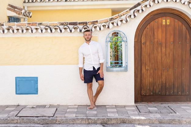 地方スペイン都市の路上で若い男 無料写真