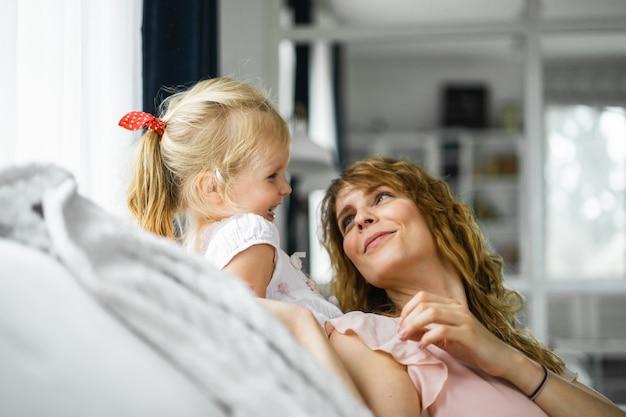 Мать целует дочь Бесплатные Фотографии
