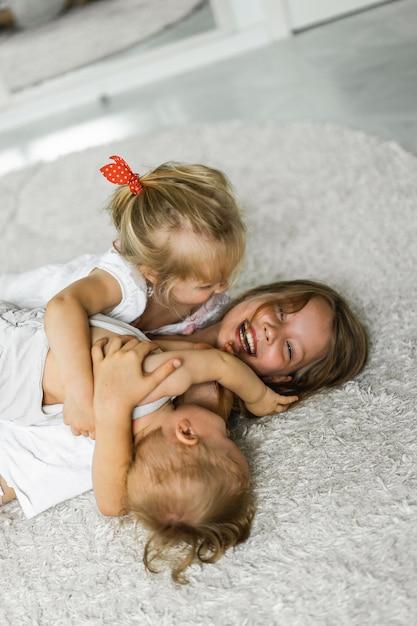 子供たちは激怒し、兄弟たちは一緒に時間を過ごし、抱擁し、笑います。 無料写真