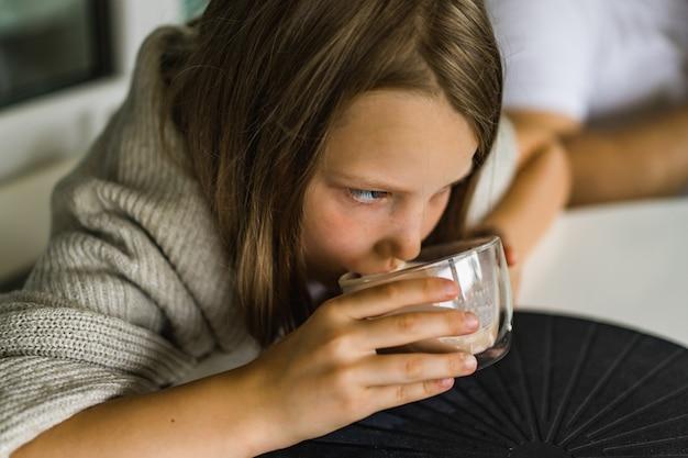 Девушка пьет какао Бесплатные Фотографии