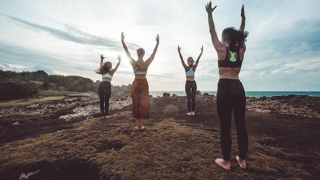 Группа девушка занимается йогой Бесплатные Фотографии