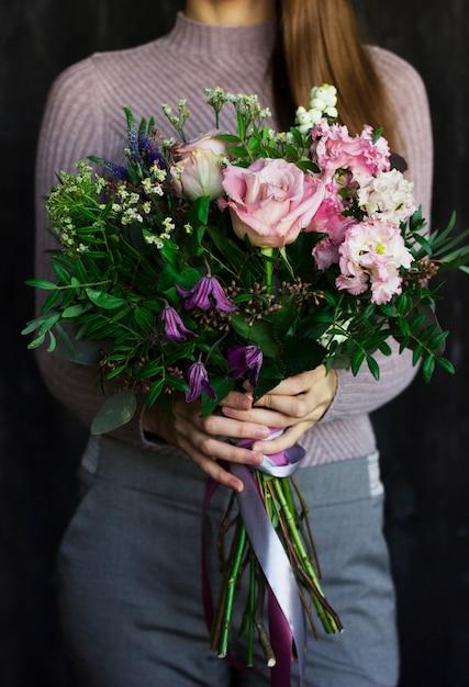 女性の手で美しい花の素朴な花束 Premium写真