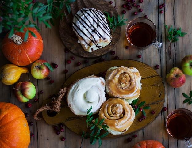 紅茶、カボチャ、リンゴのシナモンロール。上から見る Premium写真