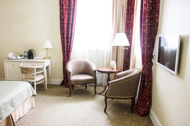 静かな色の部屋、座っているエリア、アームチェアと窓ランプ、レトロスタイル Premium写真