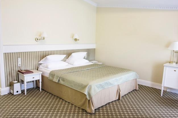 穏やかなゴールデントーン、レトロスタイルのベッドルーム Premium写真