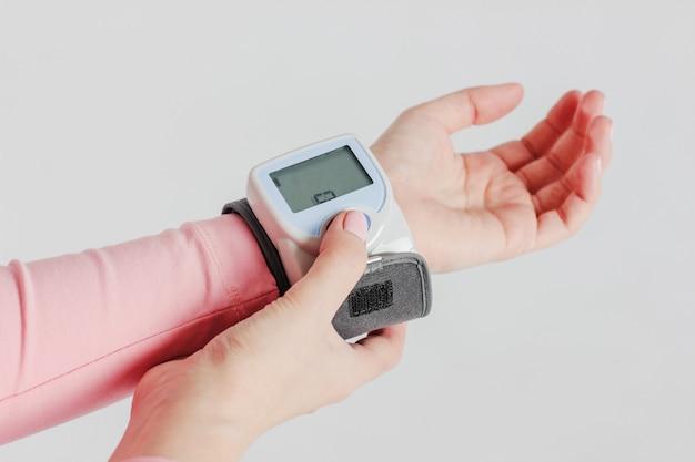 女性の手の血圧を測定するためのトノメーター装置 Premium写真