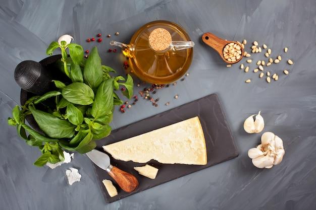 パルメザンチーズ、オリーブオイル、バジル、ニンニク、松の実-ペスト料理のレシピの新鮮な食材。イタリアのキッチンコンセプト Premium写真