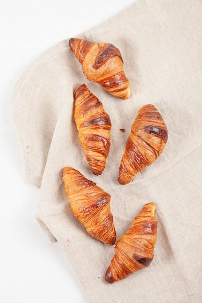 朝食に焼きたてのクロワッサンのトップビュー Premium写真