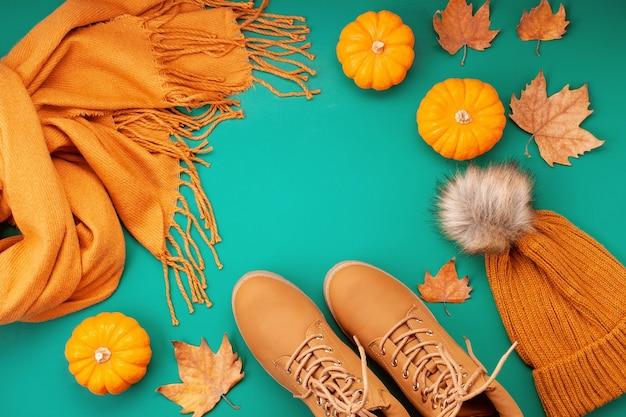 寒い日のための快適な暖かい服装を備えた平置き。快適な秋、冬服のショッピング、販売、流行色のスタイルのスタイル Premium写真