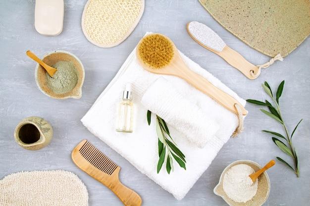 クレイパウダーマスク、美容液、タオル、美容製品を使用したスパとウェルネスの組成。 Premium写真