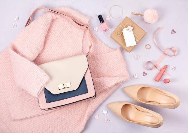 パステルカラーの女性服とアクセサリーのフラットレイアウト Premium写真