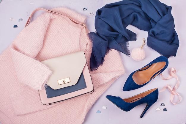 パステルカラーの女性服とアクセサリー。 Premium写真