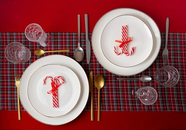 パーティーのクリスマステーブルのお祝い装飾。招待状、クリスマスのお祝い、お祝いディナーコンセプト Premium写真