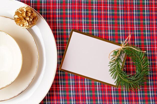 Макет праздничного украшения рождественского стола для вечеринки Premium Фотографии