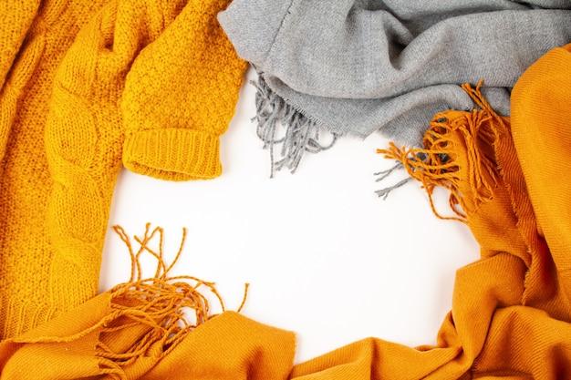 寒い季節の平置き用の快適な暖かい衣類 Premium写真