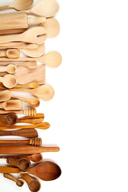 白い背景の上の木製台所用品のコレクション Premium写真