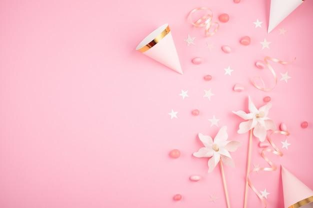 ピンクの背景の上の女の子パーティーアクセサリー。招待状、誕生日、独身パーティー、ベビーシャワーイベント Premium写真