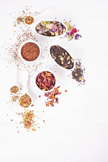 さまざまな種類のお茶。ハーブ、黒、緑、赤、フルーツティー。デトックス、心を落ち着かせる、抗酸化、調色、爽やかなドリンク Premium写真