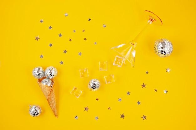 Плоская планировка с диско-шарами в конусе, кубиками льда, бокалом для коктейля Premium Фотографии