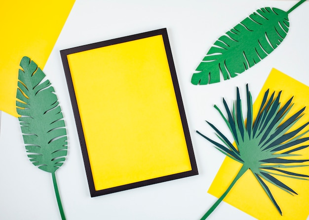 Декоративные деревянные тропические листья и пустая рамка Premium Фотографии